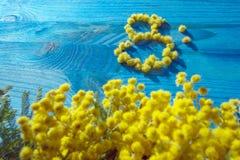 8 del concetto del marzo con i fiori gialli della mimosa Immagine Stock
