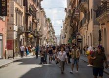 Люди идя внутри через del Corso, Рим стоковое фото