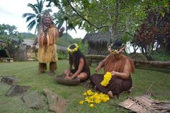 Del cuoco dei supporti di Islander capo tribù accanto a due donne di Islander del cuoco fotografia stock libera da diritti