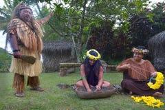Del cuoco dei supporti di Islander capo tribù accanto a due donne di Islander del cuoco immagine stock