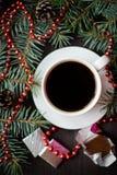 Del día de fiesta todavía de la Navidad vida con la taza de café y de chocolate Imágenes de archivo libres de regalías