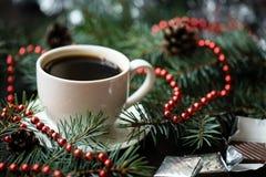 Del día de fiesta todavía de la Navidad vida con la taza de café y de chocolate Imagenes de archivo