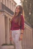 Del día presentación hermosa soleada de la chica joven 20s al aire libre Fotos de archivo