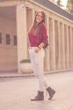 Del día presentación hermosa soleada de la chica joven 20s al aire libre Foto de archivo libre de regalías