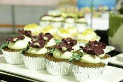 Del diverso chocolate en tazas decorativas Foto de archivo libre de regalías