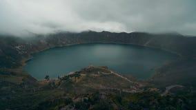 Del enfoque lapso de tiempo hacia fuera sobre el cráter de Quilotoa en Ecuador almacen de video