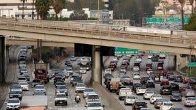 Del enfoque lapso de /Time hacia fuera del tráfico en autopista sin peaje ocupada en Los Ángeles céntrico almacen de video
