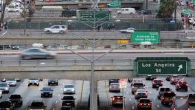 Del enfoque lapso de /Time hacia fuera del tráfico en autopista sin peaje ocupada en Los Ángeles céntrico almacen de metraje de vídeo