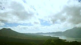 Del enfoque stopmotion hacia fuera del soporte y del lago Batur almacen de video