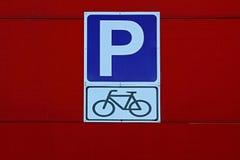 ` Del estacionamiento de la bicicleta del ` de la señal de tráfico Imágenes de archivo libres de regalías