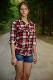 Del este - muchacha europea en un campo cerca del bosque Foto de archivo