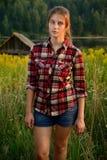 Del este - muchacha europea en un campo cerca del bosque Imagen de archivo