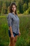 Del este - muchacha europea en un campo cerca del bosque Imagenes de archivo