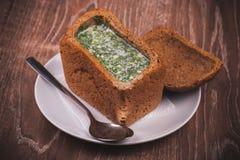 Del este - okroshka europeo de la sopa en pan Fotos de archivo