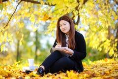 Del estudiante de la muchacha retrato asiático hermoso al aire libre Foto de archivo