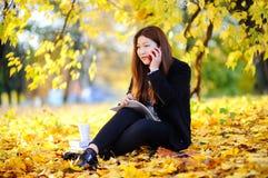 Del estudiante de la muchacha retrato asiático hermoso al aire libre Imágenes de archivo libres de regalías