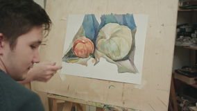 Del estudiante masculino de la pintura todavía de la acuarela vida joven almacen de video