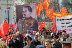 Del för tagande för kommunistpartisupportrar i en samla (stående av den sovjetiska diktatorn Josef Stalin) Maj dag fotografering för bildbyråer