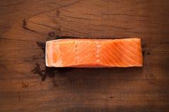 Del filete todavía del ingrediente fondo fresco de color salmón de madera de la vida Fotos de archivo