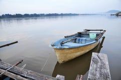 Del fiume barca esterna della fibra della natura ancora fotografia stock