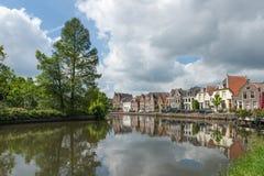 Del fiume di funzionamento villaggio olandese comunque Immagine Stock Libera da Diritti