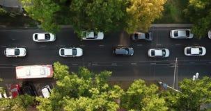 Del fuco di volo della cima vista aerea giù della strada principale pesante occupata dell'ingorgo stradale di ora di punta della  video d archivio