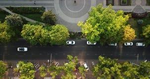 Del fuco di volo della cima vista aerea giù della strada principale pesante occupata dell'ingorgo stradale di ora di punta della  stock footage