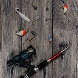 Del giro, de los ganchos y de los señuelos de la pesca en fondo de madera Fotografía de archivo libre de regalías