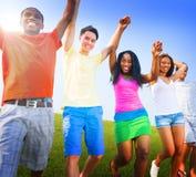 Del grupo de los amigos celebración al aire libre que gana a Victory Fun Concept Imágenes de archivo libres de regalías