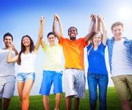 Del grupo de los amigos celebración al aire libre que gana a Victory Fun Concept Foto de archivo libre de regalías