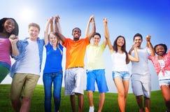 Del grupo de los amigos celebración al aire libre que gana a Victory Fun Concept Imagenes de archivo