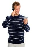 Del hombre de la lectura número de tarjeta de crédito atractivo hacia fuera Imagen de archivo libre de regalías