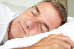 Del hombre dormir principal y el mediados de de la edad de los hombros Foto de archivo libre de regalías