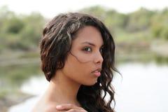 Del hombro del retrato muchacha adolescente joven descubierta al aire libre Imagenes de archivo