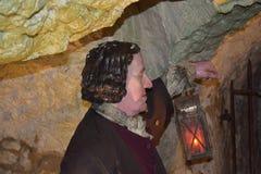 14/01/2018 del infierno de las cuevas del fuego, Wycombe del oeste Sir Francis Dashwood Celebre una lámpara vieja y la lectura de Fotos de archivo libres de regalías
