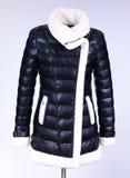 Del invierno chaqueta abajo aislada en fondo gris Del cuero chaqueta blanco y negro abajo en maniquí sin la cara outerwear Imagenes de archivo