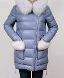 Del invierno chaqueta abajo con el cuello del zorro aislado en fondo gris Del cuero chaqueta abajo en modelo sin la cara outerwea Fotos de archivo libres de regalías