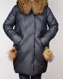 Del invierno chaqueta abajo con el cuello del zorro rojo aislado en fondo gris Abajo chaqueta en modelo sin la cara outerwear Imagenes de archivo