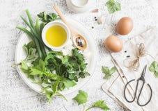 Del jardín de las hierbas, de las especias y de los huevos todavía de la cocina vida rústica En una tabla ligera, visión superior Foto de archivo