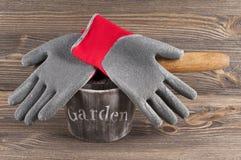 Del jardín todavía del concepto vida con los guantes y la paleta del jardinero Foto de archivo
