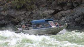 Del jet del barco de los rápidos barranco corriente el río Snake Idaho de los infiernos upriver - almacen de metraje de vídeo
