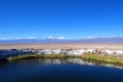 Del liso Salar de Ojos da lagoa de sal no deserto de Atacama perto de San Pedro de Atacama, região de Antofagasta, o Chile foto de stock