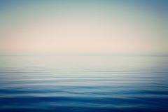 Del mar y del cielo del fondo calma mismo Imágenes de archivo libres de regalías
