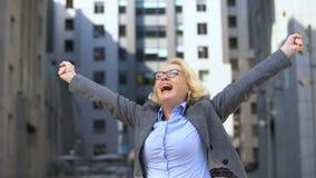 Del negocio de la señora de la demostración gesto alegre sí que aumenta las manos para arriba, logro de la meta metrajes