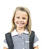 Del niño del pelo rubio de la muchacha 6 a 8 años hermosos y felices jovenes y ojos azules uniforme escolar y mochila que llevan  Fotos de archivo libres de regalías