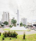 Del obelisco centro de la ciudad blanco encendido de la ciudad en la avenida de Afonso Pena imagen de archivo libre de regalías