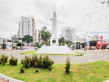 Del obelisco centro de la ciudad blanco encendido de la ciudad en la avenida de Afonso Pena foto de archivo