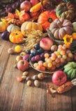 Del otoño todavía de la acción de gracias vida en la tabla de madera Imagen de archivo libre de regalías