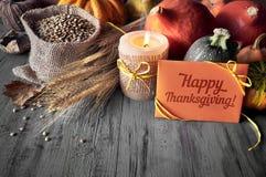 Del otoño todavía de la cosecha vida con las calabazas, los oídos del trigo y las lentejas Imagen de archivo