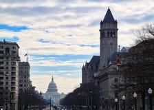 Del paisaje urbano de la opinión calle muy transitada abajo con el edificio del capitolio en el extremo imágenes de archivo libres de regalías